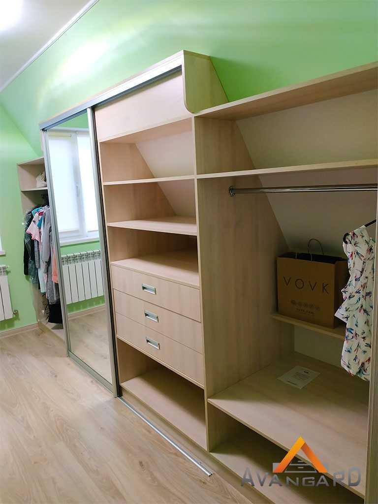 шкаф с полками для одежды
