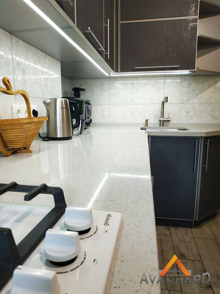Кухня с белой стлешницей