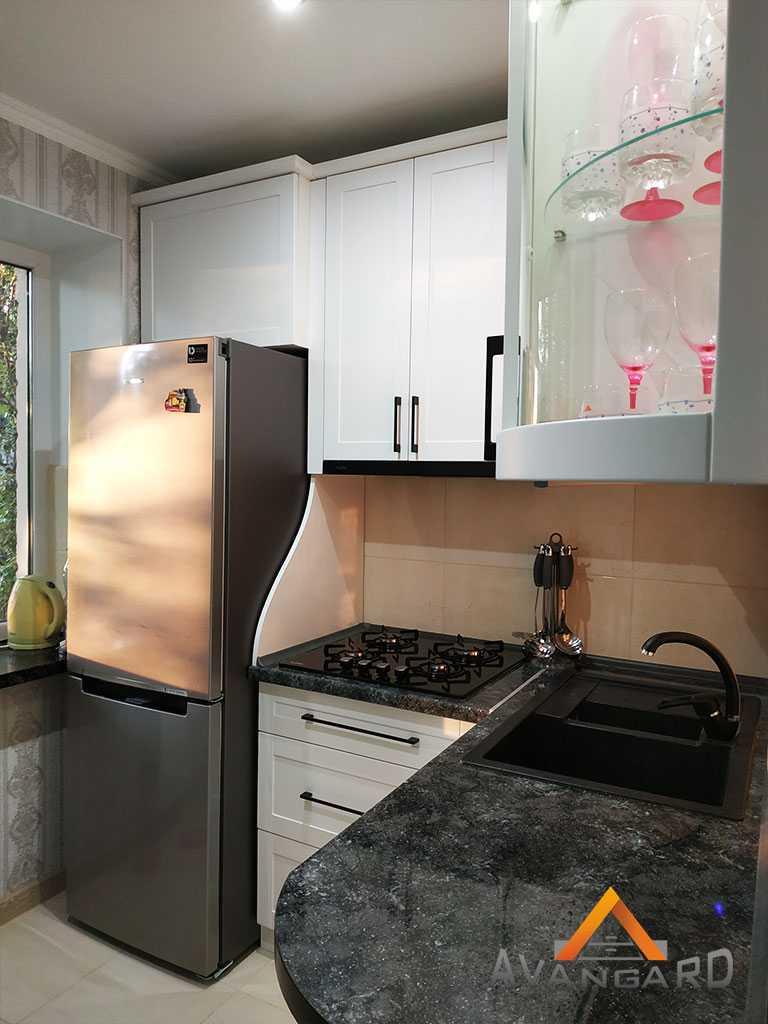 кухня с радиусным стеклом