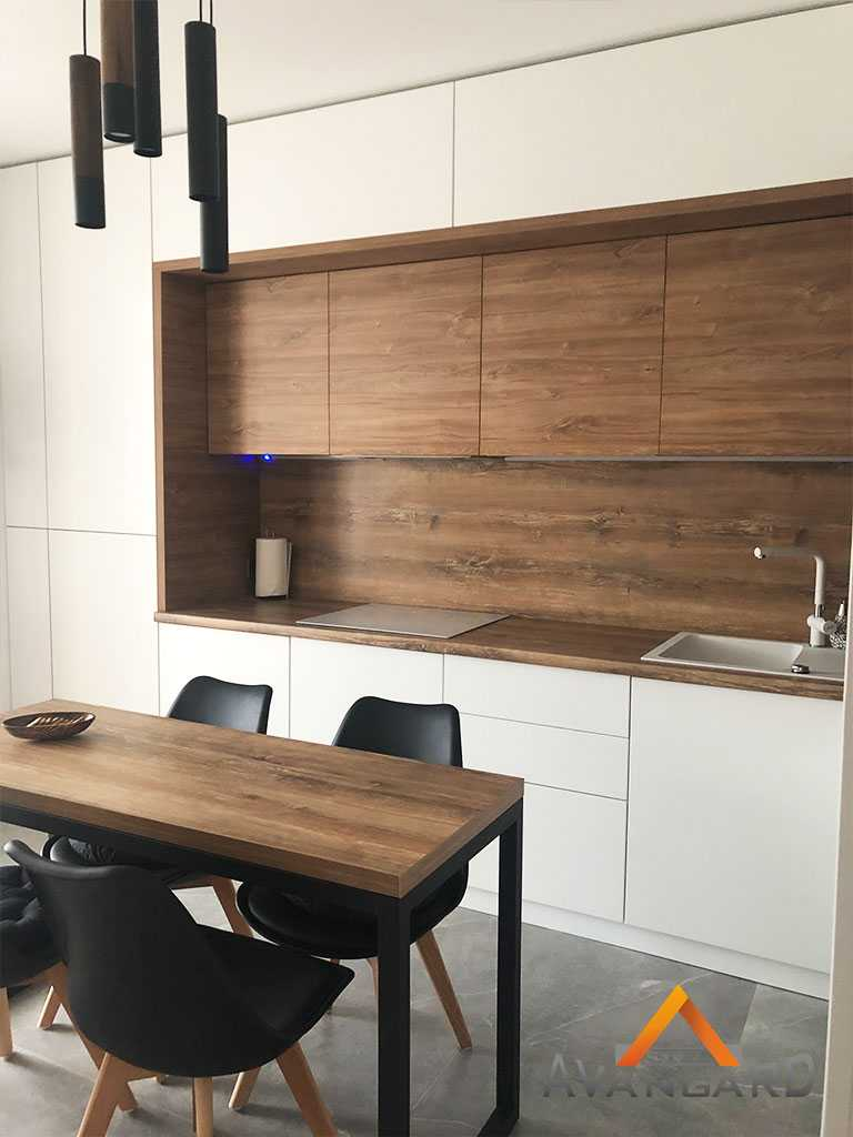 Белая кухня с деревянными вставками