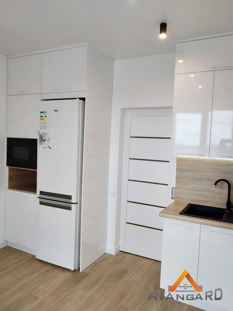 кухня белая с деревянной панелью