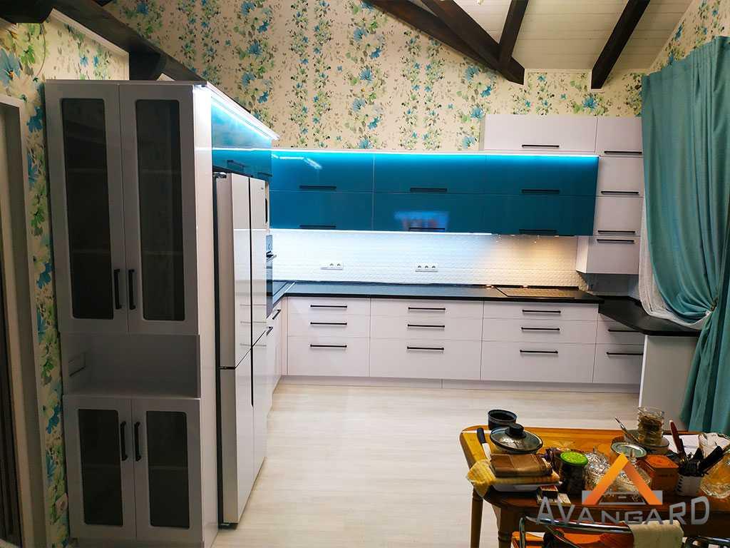 кухня бирюзового и белого цвета