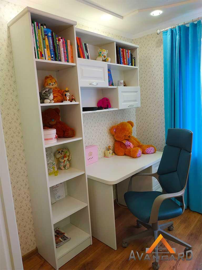 Пенал и стол для детской